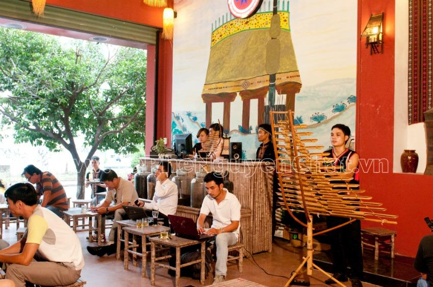 Mô hình quán cafe đẹp theo phong cách Tây Nguyên hiện được rất nhiều khách hàng yêu thích. Cùng Nguyen Chat Coffee khám phá mô hình quán cà phê mang đậm bản sắc Tây Nguyên
