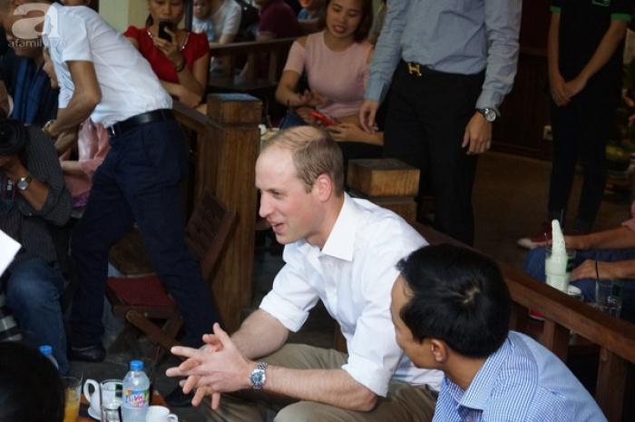 Hoàng tử ngồi thưởng thức cafe vỉa hè ở Việt Nam